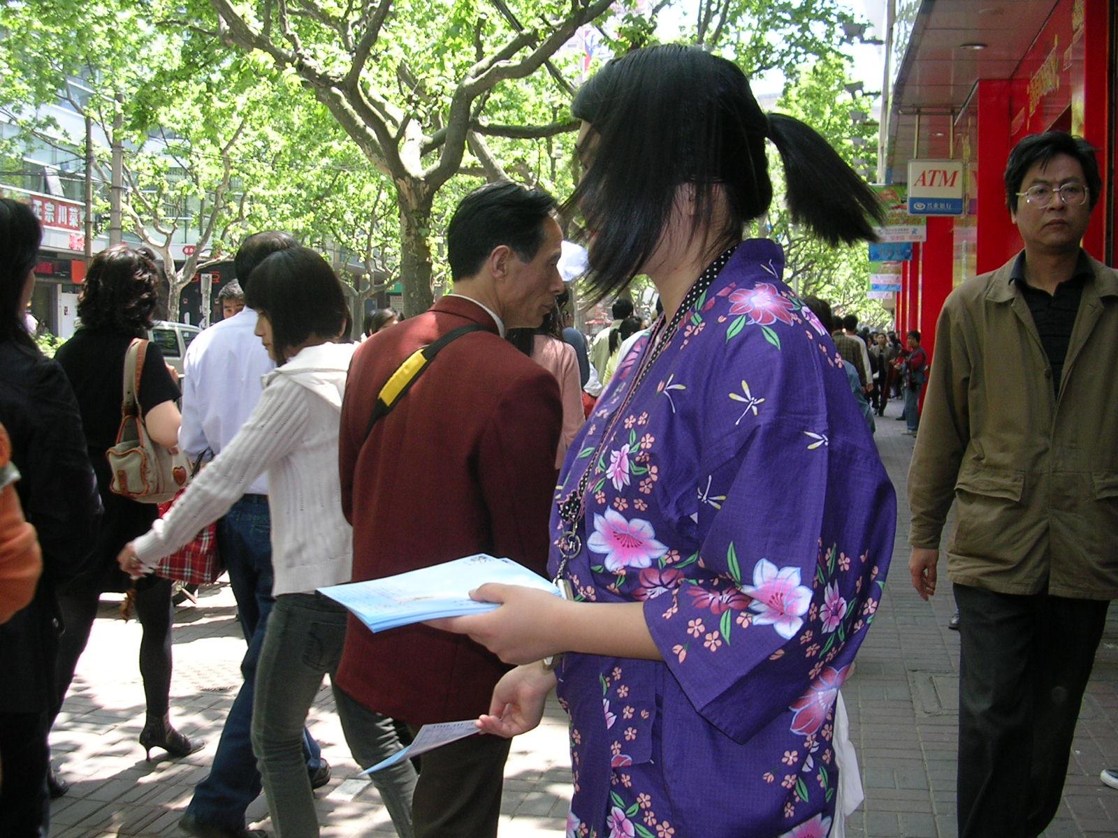 徐燕老师和身着和服的学生在徐汇分部做宣传